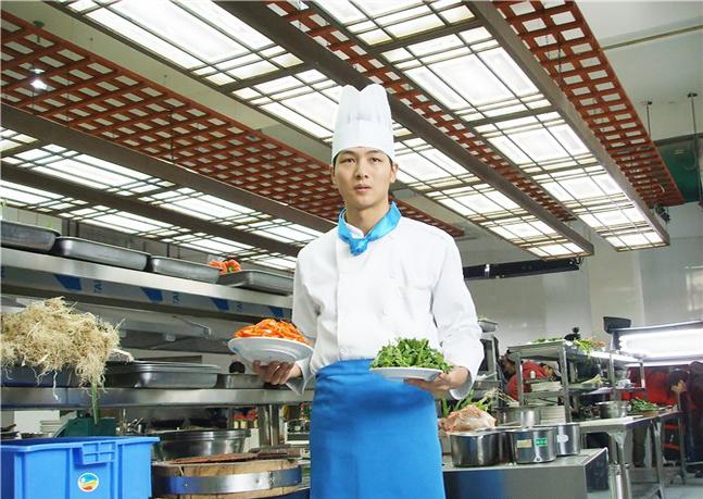 走进酒店后厨 感受现代厨师工作环境